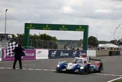 Checkered flag for #37 SMP Racing BR01 Nissan: Vitaly Petrov, Viktor Shaytar, Kirill Ladygin