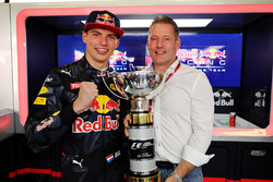 Temporada 2016 F1-spanish-gp-2016-max-verstappen-red-bull-racing-celebrates-his-first-f1-win-with-father