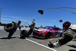 A.J. Allmendinger, JTG Daugherty Racing Chevrolet pit action