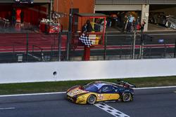 Checkered flag for #66 JMW Motorsport Ferrari F458 Italia: Rory Butcher, Robert Smith, Andrea Bertolini