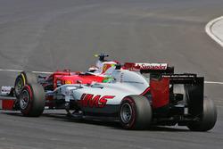 Esteban Gutierrez, Haas F1 Team VF-16 and Kimi Raikkonen, Ferrari SF16-H