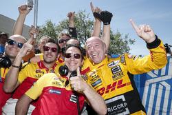 Race winner Tom Coronel, Roal Motorsport, Chevrolet RML Cruze TC1 with his team