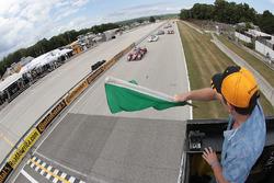 Start: #55 Mazda Motorsports Mazda Prototype: Jonathan Bomarito, Tristan Nunez leads