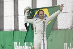Temporada 2016 F1-brazilian-gp-2016-felipe-massa-williams-carries-a-brazilian-flag-as-he-walks-back-to-hi