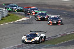 #58 Garage 59 McLaren 650S GT3: Rob Bell, Alvaro Parente leads