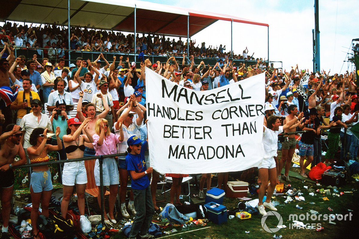 Fans show their support for Nigel Mansell, Williams with a banner