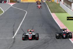 Естебан Гутьєррес (Haas F1 Team) та Дженсон Баттон (McLaren Honda)