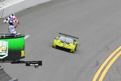 #11 O'Gara Motorsport Lamborghini Huracan GT3: Townsend Bell, Bill Sweedler, Edoardo Piscopo, Richard Antinucci takes the checkered flag