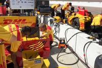 IndyCar Фотографії - Коригування налаштувань заднього антикрила Райана Хантер-Рея, Andretti Autosport Honda