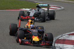 Daniel Ricciardo, Red Bull Racing RB12 and Nico Rosberg, Mercedes AMG F1 Team W07