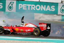 Temporada 2016 F1-malaysian-gp-2016-sebastian-vettel-ferrari-sf16-h-and-nico-rosberg-mercedes-amg-f1-w07