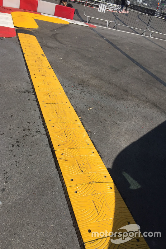 По завершении первой тренировки ф-1 стало известно, что некоторые поребрики на трассе оставляют порезы на шинах