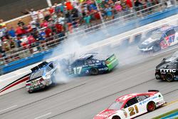 Ricky Stenhouse Jr., Roush Fenway Racing Ford, Kevin Harvick, Stewart-Haas Racing Chevrolet crash