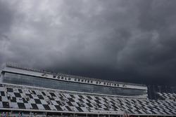 Dunkle Regenwolken über dem Daytona International Speedway