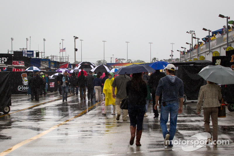 Rain halts racing in Fontana