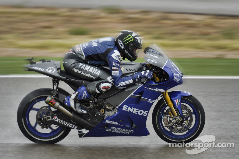 Yamaha's Spies fastest in wet Aragon practice