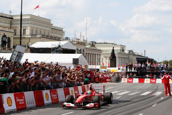 Massa surprises fans in Warsaw with a Ferrari F1 car - video