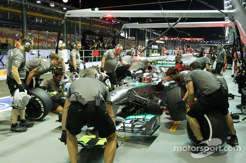 Mercedes beats Red Bull's pitstop record