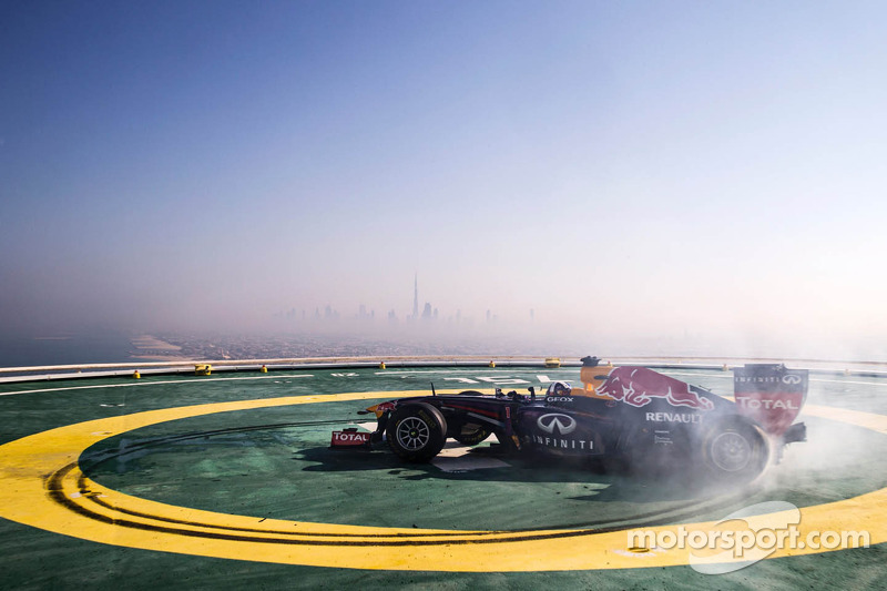 Infiniti Red Bull Racing celebrates in style on Burj Al Arab helipad - Video