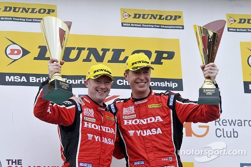 Shedden lidera el 1-2 de Honda en la carrera 1 de Thruxton