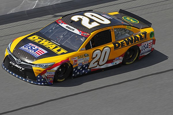 Kenseth puts the squeeze on Kahne, contenders taken out in ensuing crash