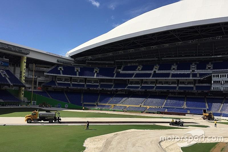 V deo est dio de beisebol se transforma em pista de corrida for Puerta 20 estadio racing
