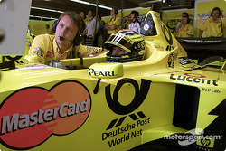 Heinz-Harald Frentzen and engineer in the pit area