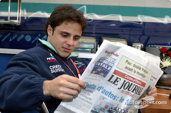 Felipe Massa reading the local paper