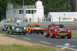 #20 AC Cobra: Grahame Bryant, Bill Shepherd leads a group of cars
