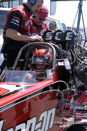 Doug Herbert and his crew make last minute checks before their run in Sunday's final heat