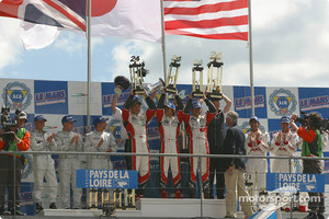 LM P1 podium: winners Seiji Ara, Rinaldo Capello, Tom Kristensen, with Jamie Davies, Johnny Herbert, Guy Smith, and JJ Lehto, Emanuele Pirro, Marco Werner