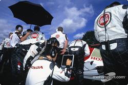 BAR-Honda team members on the starting grid