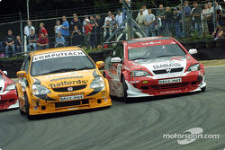 Dan Eaves attempts to pass Yvan Muller