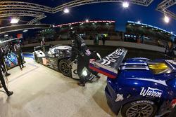 Traffic on pitlane: #008 Signature Plus Lola Aston Martin: Pierre Ragues, Vanina Ickx, Franck Mailleux
