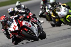 #44 RidersDiscount.com - Suzuki GSX-R1000: Taylor Knapp gets past Szoke