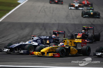 Rubens Barrichello, Williams F1 Team and Vitaly Petrov, Renault F1 Team