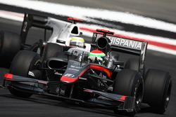 Sakon Yamamoto, Hispania Racing F1 Team leads Pedro de la Rosa, BMW Sauber F1 Team