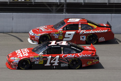 Tony Stewart, Stewart-Haas Racing Chevrolet, Kasey Kahne, Richard Petty Motorsports Ford