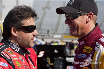 Tony Stewart, Stewart-Haas Racing Chevrolet and Clint Bowyer, Richard Childress Racing Chevrolet
