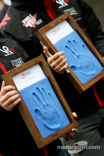 Timo Glock, Virgin Racing and Lucas di Grassi, Virgin Racing, hand printing session