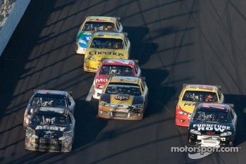 Ryan Newman, Stewart-Haas Racing Chevrolet and Regan Smith, Furniture Row Racing Chevrolet battle