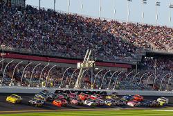 Restart: Clint Bowyer, Richard Childress Racing Chevrolet and Jeff Burton, Richard Childress Racing Chevrolet lead the field
