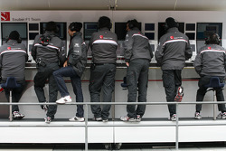 Sauber F1 Team pitwall, Sergio Perez, Sauber F1 Team