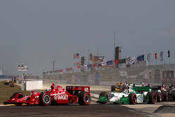 Restart: Dario Franchitti, Target Chip Ganassi Racing leads Simona de Silvestro, HVM Racing