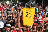 Formula 1 Foto - Un tifoso di Kevin Magnussen, Renault Sport F1 Team con una t-shirt
