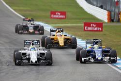 Zweikampf: Felipe Massa, Williams FW38; Marcus Ericsson, Sauber C35