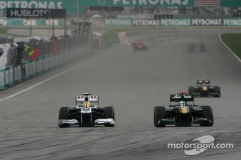 Pastor Maldonado, Williams F1 Team and Jarno Trulli, Team Lotus