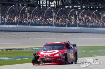 Juan Pablo Montoya, Earnhardt Ganassi Racing Chevrolet on pit road with damage