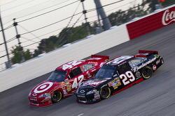 Juan Pablo Montoya, Earnhardt Ganassi Racing Chevrolet and Kevin Harvick, Richard Childress Racing Chevrolet