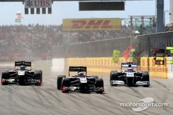 Vitaly Petrov, Lotus Renault GP leads Nick Heidfeld, Lotus Renault GP and Rubens Barrichello, AT&T Williams